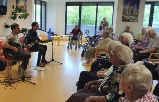 Zpívání s kytarou v SeniorCentru Plzeň